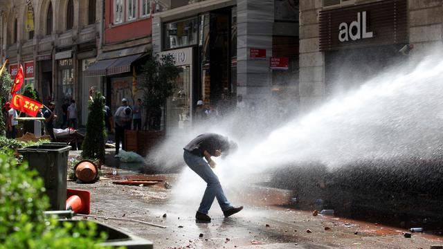 La police utilise des canons à eau pour disperser les manifestants, le 1er juin 2013 à Istanbul [Gurcan Ozturk / AFP]