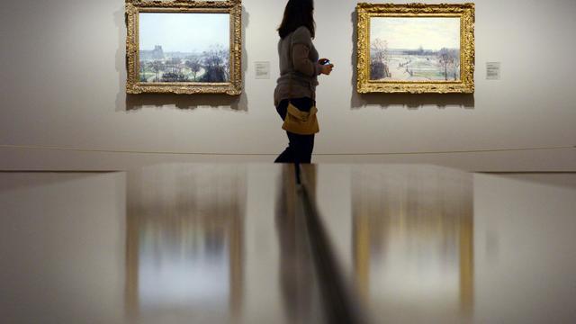 Une femme visite l'exposition conscarée à Pissarro au musée Thyssen-Bornemisza de Madrid, le 3 juin 2013 [Dominique Faget / AFP]