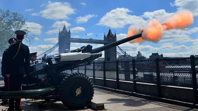 Des membres de The Honourable Artillery Company tire un coup de canon à Londres pour célébrer les 60 ans du couronnement de la reine Elizabeth II à Londres, le 3 juin 2013 [Ben Stansall / AFP]