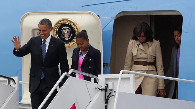 Barack Obama, sa  fille Sasha, son épouse Michelle et son autre fille Malia, à leur arrivée le 17 juin 2013 à l'aéroport de Belfast [Peter Muhly / AFP]