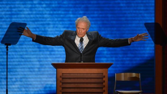 """Après plusieurs jours d'un faux mystère soigneusement entretenu, le légendaire Clint Eastwood a fait jeudi soir une brève apparition à la convention républicaine de Tampa, déclarant que """"quand quelqu'un ne fait pas le travail, il faut qu'il s'en aille"""".[AFP]"""