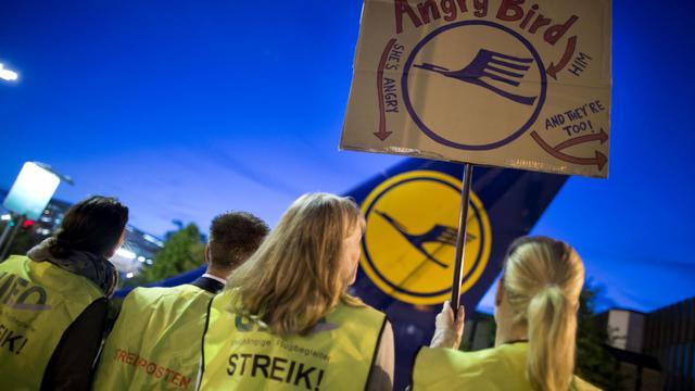 La grève des hôtesses et stewards de Lufthansa s'est durcie avec l'annonce d'un arrêt de travail de 24 heures pour vendredi, qui a contraint la première compagnie aérienne allemande à annuler par avance les deux tiers de ses vols. [DPA]