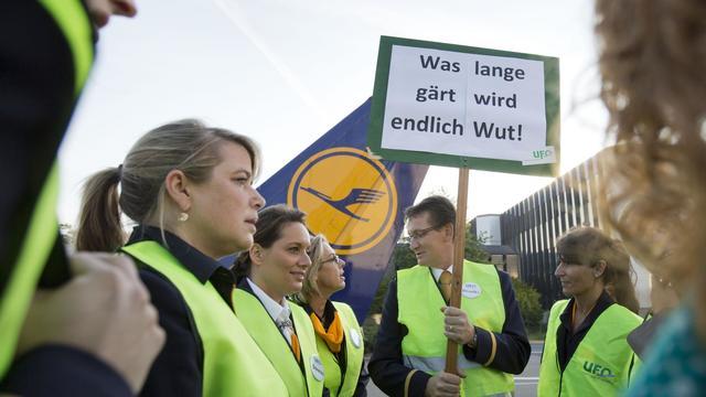Le personnel navigant commercial de Lufthansa pourrait observer une grève nationale de 24 heures vendredi si la première compagnie aérienne allemande refuse de reprendre les négociations salariales, a annoncé mardi soir le président du syndicat allemand UFO Nicolay Baublies.[DPA]