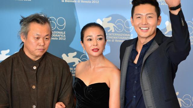 """Le réalisateur sud-coréen Kim Ki-duk a présenté mardi en compétition à Venise """"Pieta"""", une oeuvre sombre aux accents oedipiens sur la tentative de rédemption d'un petit malfrat qui redécouvre sa part d'humanité.[AFP]"""