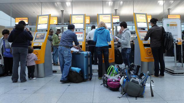 Le personnel navigant commercial de la première compagnie aérienne allemande Lufthansa est appelé à une nouvelle grève vendredi, pour une durée de 24 heures, a annoncé mercredi soir leur syndicat Ufo.[DPA]