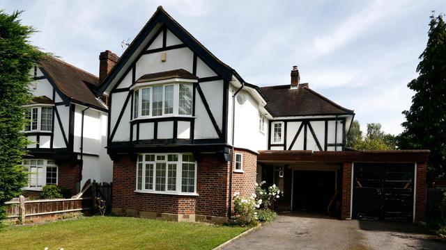 La police britannique perquisitionnait jeudi le domicile de la famille des victimes de la tuerie de Haute-Savoie, une maison à colombage d'un quartier résidentiel et arboré de Claygate, à une trentaine de kilomètres au sud de Londres [AFP]