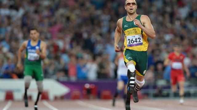 Le Sud-Africain Oscar Pistorius a conservé son titre sur 400 m (T44) samedi soir aux jeux Paralympiques de Londres et battu le record du monde de la distance, écrasant littéralement ses concurrents sous les acclamations du public du stade olympique. [AFP]