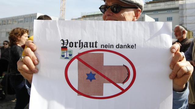 Plusieurs centaines de manifestants en majorité juifs mais aussi musulmans et chrétiens se sont rassemblés dimanche à Berlin pour protester contre une décision judiciaire rendant le rite religieux de la circoncision passible de poursuites pénales. [DPA]