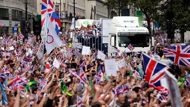 """Quelque 700 athlètes britanniques des JO et des jeux Paralympiques 2012 ont défilé lundi dans Londres, sous les ovations de dizaines de milliers de personnes ravies de prolonger un """"été en or"""", au pouvoir euphorisant mais sans doute éphémère pour le Royaume-Uni en récession. [POOL]"""