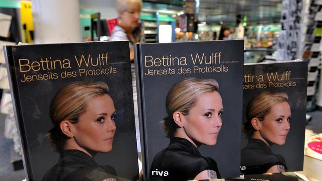 L'ex-First Lady allemande Bettina Wulff affirme ne jamais avoir été une escort girl, démentant une rumeur tenace en Allemagne, dans un livre à paraître mercredi. [DPA]