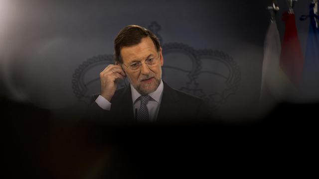 Le chef du gouvernement espagnol Mariano Rajoy a indiqué mercredi qu'il voulait étudier l'évolution des taux d'emprunt que doit concéder l'Espagne pour se financer sur des marchés très méfiants, avant de se décider à demander un sauvetage de l'économie du pays. [AFP]