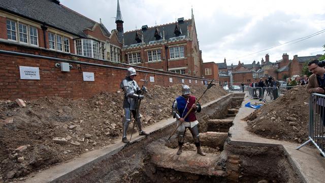 Des archéologues britanniques sont peut-être en voie d'éclaircir un mystère séculaire, après avoir découvert un squelette percé d'une flèche à l'endroit où ils recherchaient la dépouille du roi d'Angleterre Richard III, dernier roi Plantagenêt. [AFP]