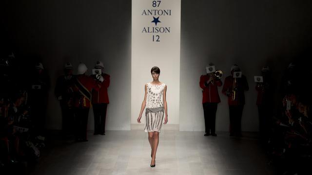 Une création d'Antoni et Alison présentée le 14 septembre 2012 à la Fashion Week de Londres [Ben Stansall / AFP]