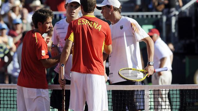 Les Américains Bob (2e à g, de face) et Mike Bryan sont félicités par les Espagnols Marcel Granollers (de dos à droite) et Marc Lopez, après leur victoire en double le 15 septembre 2012 à Gijon en demi-finale de la Coupe Davis [Rafa Rivas / AFP]