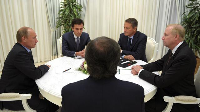 Le président russe Vladimir Putin (g) en discussion avec les responsables de BP et de Rosnef, le 18 septembre 2012 [Alexey Druzhinin / AFP]