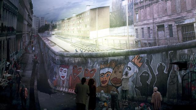 Un couple se tient devant une gigantesque photo du mur de Berlin, exposée au musée temporaire de Checkpoint Charlie, le 21 septembre 2012 [Barbara Sax / AFP]