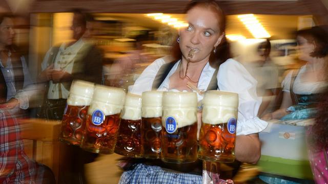 Une serveuse apporte des bières lors de l'Oktoberfest, la plus grande fête au monde dédiée à la bière, à Munich, le 22 septembre 2012 [Christof Stache / AFP]