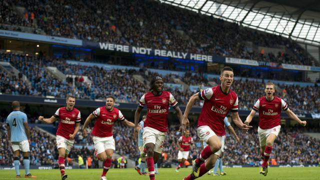Le Français Laurent Koscielny et ses coéquipiers exultent après avoir égalisé pour Arsenal sur le terrain de Manchester City, le 23 septembre 2012. [Adrian Dennis / AFP]