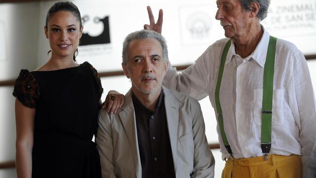 De g à d: l'actrice Aida Folch, le réalisateur Fernando Trueba et Jean Rochefort à Saint-Sébastien le 24 septembre 2012 [Rafa Rivas / AFP]