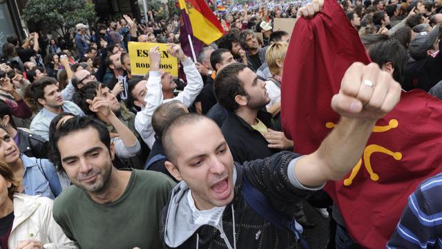 Plusieurs milliers d'indignés espagnols manifestent autour du Congrès des députés à Madrid, le 25 septembre 2012 [Dominique Faget / AFP]