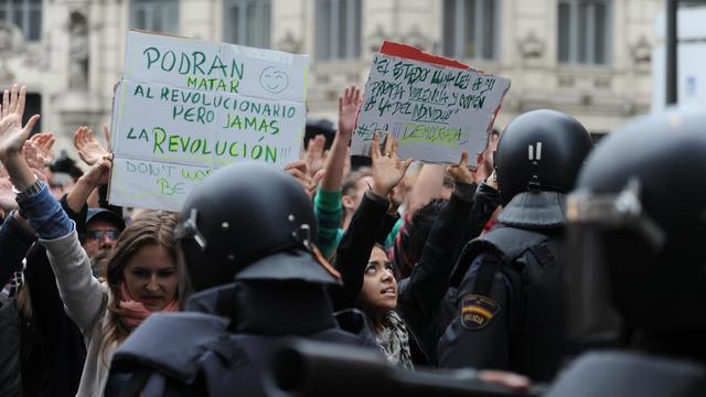 """Des manifestants en Espagne protestent contre la démocratie """"séquestrée"""", le 25 septembre 2012 à Madrid face à la police [Dominique Faget / AFP]"""