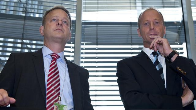 Le patron d'EADS, Tom Enders (d) et son directeur des Affaires publiques Alexander Reinhardt, devant le Bundestag à Berlin, le 26 septembre 2012 [John Macdougall / AFP]