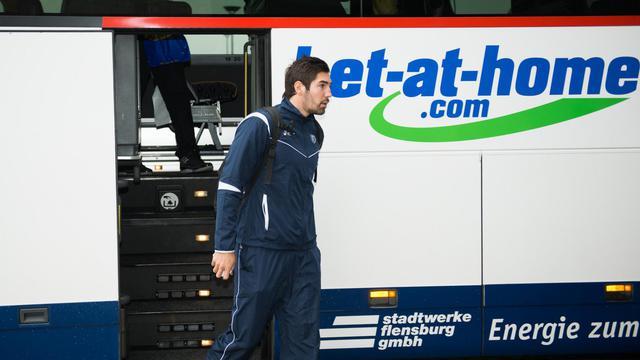 Nikola Karabatic descend du car de Montpellier à la veille du match de Ligue des champions contre Flensburg, le 26 septembre 2012. [Benjamin Nolte / AFP]