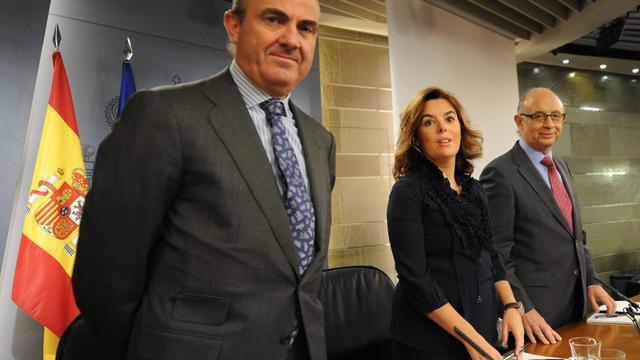 De g: Le ministre espagnol de l'Economie Luis de Guindos, son adjointe Soraya Saenz de Santamaria et le ministre du Trésor, Cristobal Montoro Romero, le 27 septembre 2012 à Madrid [Dominique Faget / AFP]