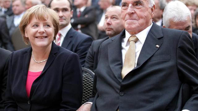 Angela Merkel  et l'ancien chancelier Helmut Kohl le 27 septembre 2012 à Berlin [Wolfgang Kumm / Pool/AFP]
