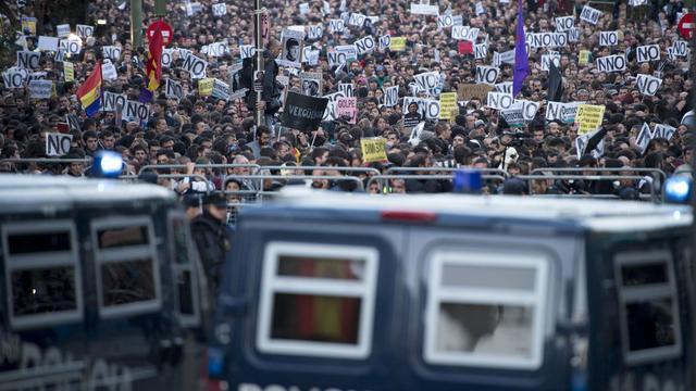 Des camions de police bloquent les manifestants le 29 septembre 2012 à Madrid [Dani Pozo / AFP]
