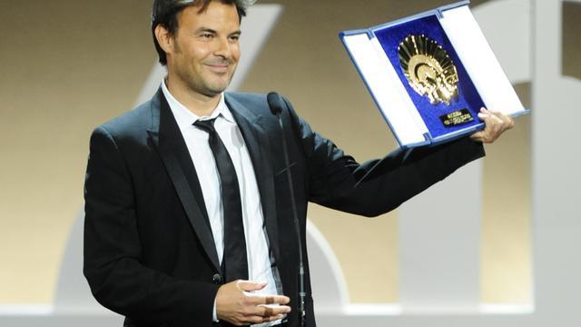 Le réalisateur François Ozon reçoit le Coquillage d'or du meilleur film, principale récompense du 60ème festival international de cinéma de Saint-Sébastien, le 29 septembre 2012 [Rafa Rivas / AFP]