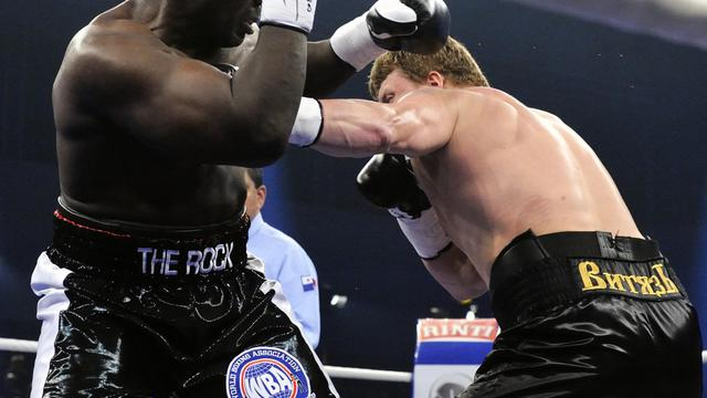 Le boxeur russe Alexander Povetkin (d) échange des coups avec l'Américain Hasim Rahman le 29 septembre 2012 à Hambourg, lors du championnat du monde WBA [Dagmar Kielhorn / AFP]