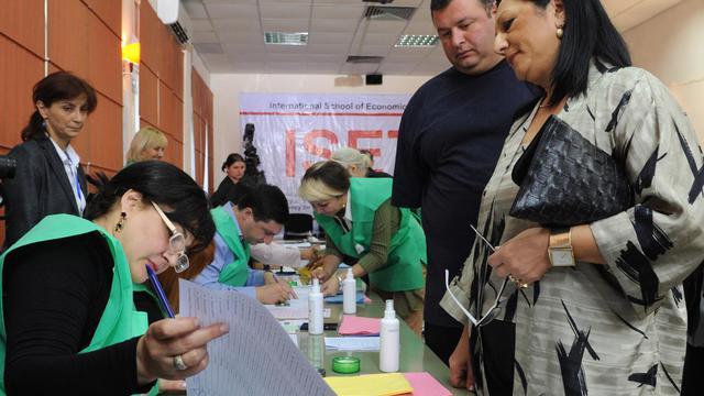 Des électeurs dans un bureau de vote le 1er octobre 2012 à Tbilissi [Vano Shlamov / AFP]