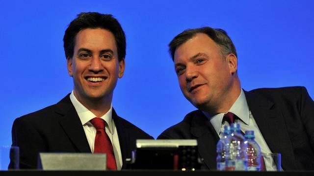 Le leader de l'opposition Ed Miliband (g) lors du Congrès annuel du Labour, le 1er octobre 2012 [Paul Ellis / AFP]