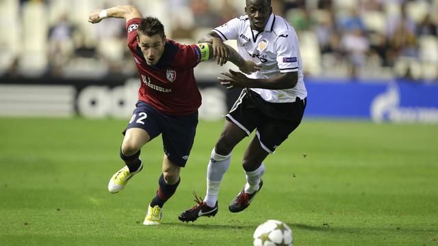 Le Lillois Mathieu Debuchy (g) à la lutte avec le Valencien Aly Cissokho (d) lors de la 2e journée de la Ligue des champions, le 2 octobre 2012. [Jose Jordan / AFP]