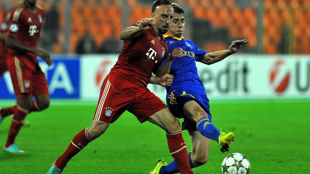 Le milieu du BATE Borisov Edgar Olekhnovitch (d) à la lutte avec l'attaquant du Bayern Munich Franck Ribéry (g) à Minsk, le 2 octobre 2012. [Viktor Drachev / AFP]
