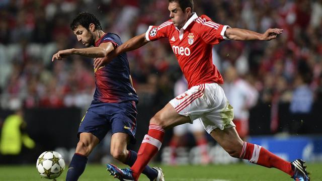 Le milieu barcelonais Cesc Fabregas (g) résiste au défenseur du Benfica Jardel au stade de la Luz, le 2 octobre 2012. [Francisco Leong / AFP]