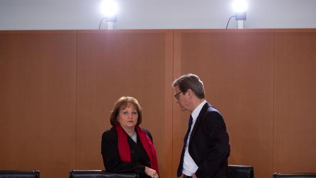 La ministre de la Justice, Sabine Leutheusser-Schnarrenberger et le chef de la diplomatie Guido Westerwelle avant le conseil des ministres, le 20 mars 2013 à Berlin [Johannes Eisele / AFP]