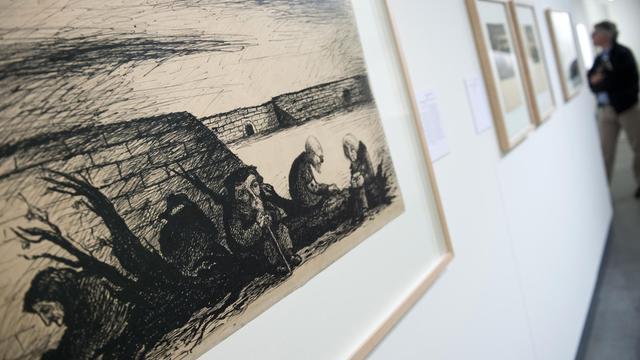 """Le dessin """"A Rest for the Old"""" (1943-44) du Tchèque Bedrich Fritta, exposé au Musée juif de Berlin, le 15 mai 2013 [John Macdougall / AFP]"""