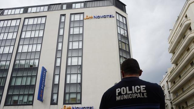 Un policier devant le Novotel de Cannes, où ont été dérobés plus d'un million de dollars de bijoux Chopard, le 17 mai 2013 [Anne-Christine Poujoulat / AFP]
