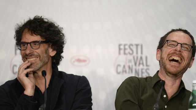 """Les réalisateurs Joel (g) et Ethan Coen , le 19 mai 2013 à Cannes pour la présentation de leur film """"Inside Llewyn Davis"""" [Anne-Christine Poujoulat / AFP/Archives]"""