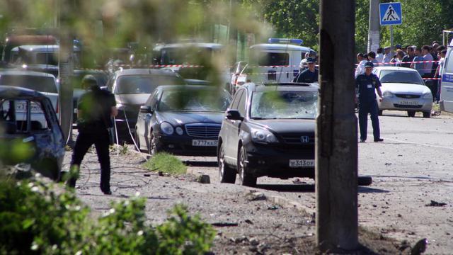 Des policiers inspectent le lieu d'une explosition à Makhatchkala, le 20 mai 2013 [Abdula Magomedov / AFP/Archives]