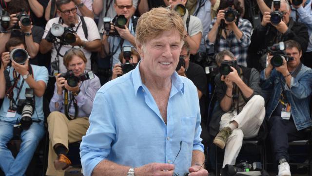 """L'acteur Robert Redford sourit lors de la séance photos liée à la présentation de """"All Is Lost"""", le 22 mai 2013 à Cannes [Alberto Pizzoli / AFP]"""