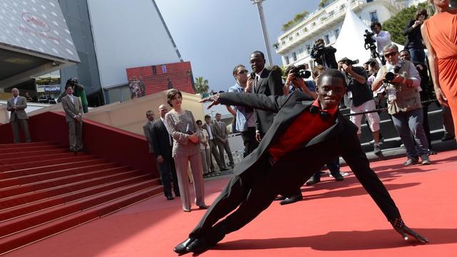 """Le Burkinabé Souleymane Démé, danseur handicapé et acteur principal du film tchadien """"Grigris"""", le 22 mai 2013 à Cannes [Anne-Christine Poujoulat / AFP]"""