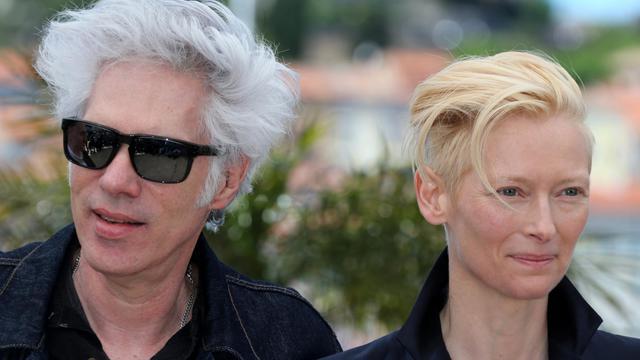"""Jim Jarmusch (g) et l'actrice Tilda Swinton, le 25 mai 2013 à Cannes pour la présentation de """"Only lovers left alive"""" [Loic Venance / AFP]"""