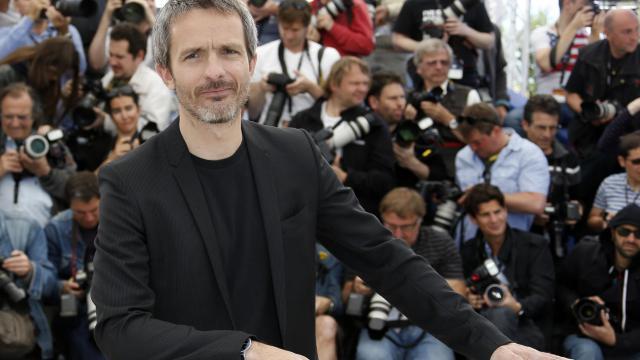 """Le réalisateur Jérôme Salle pose, le 26 mai 2013 à Cannes, pour la présentation du film """"Zulu"""" [Valery Hache / AFP]"""