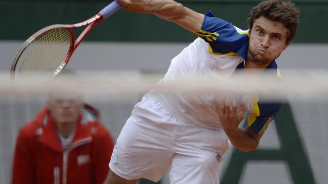 Le Français Gilles Simon au service face à l'AustralienLleyton Hewitt, au premier tour de Roland-Garros, le 26 mai 2013 [Martin Bureau / AFP]