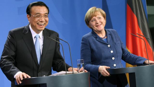 La chancelière Angela Merkel (d) et le Premier ministre chinois Li Keqiang, le 26 mai 2013 à Berlin [Adam Berry / AFP]