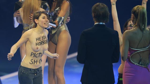 Deux militantes des Femen (g et 2e d) sur le plateau d'une émission TV de mannequinat, le 30 mai 2013 en Allemagne [Uli Deck / DPA/AFP]