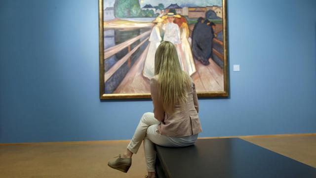 """Une visiteuse contemple le tableau '""""Les filles sur le pont"""" d'Edvard Munch, le 31 mai 2013, au sein de l'exposition Munch 150,  à Oslo [Cornelius Poppe / Scanpix/AFP]"""